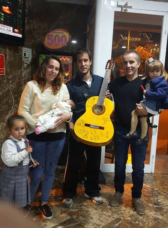 La familia con la guitarra para olaya