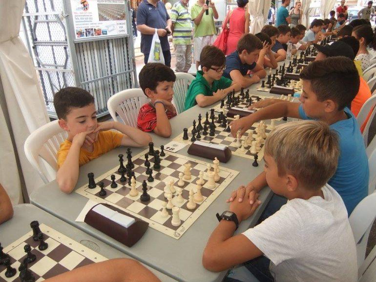Niños de Xàbia durante uno torneo de ajedrez