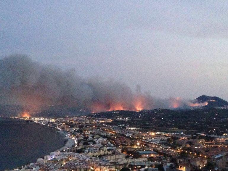 Vista general del incendio de Benitatxell y Xàbia