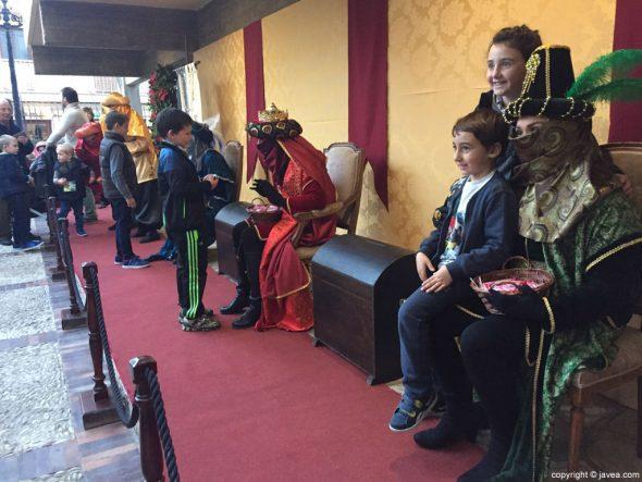 Visita de los Pajes Reales a Xàbia - Atendiendo a los niños en el puerto