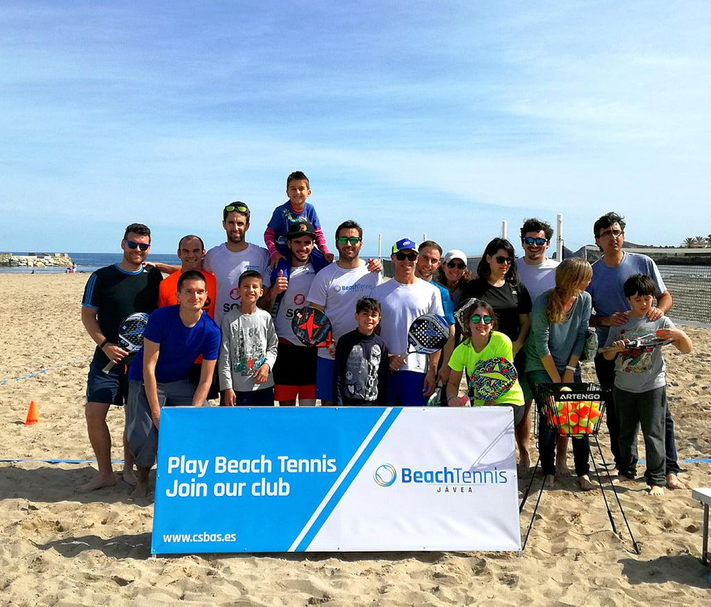 Participantes en la jornada de tenis Beach