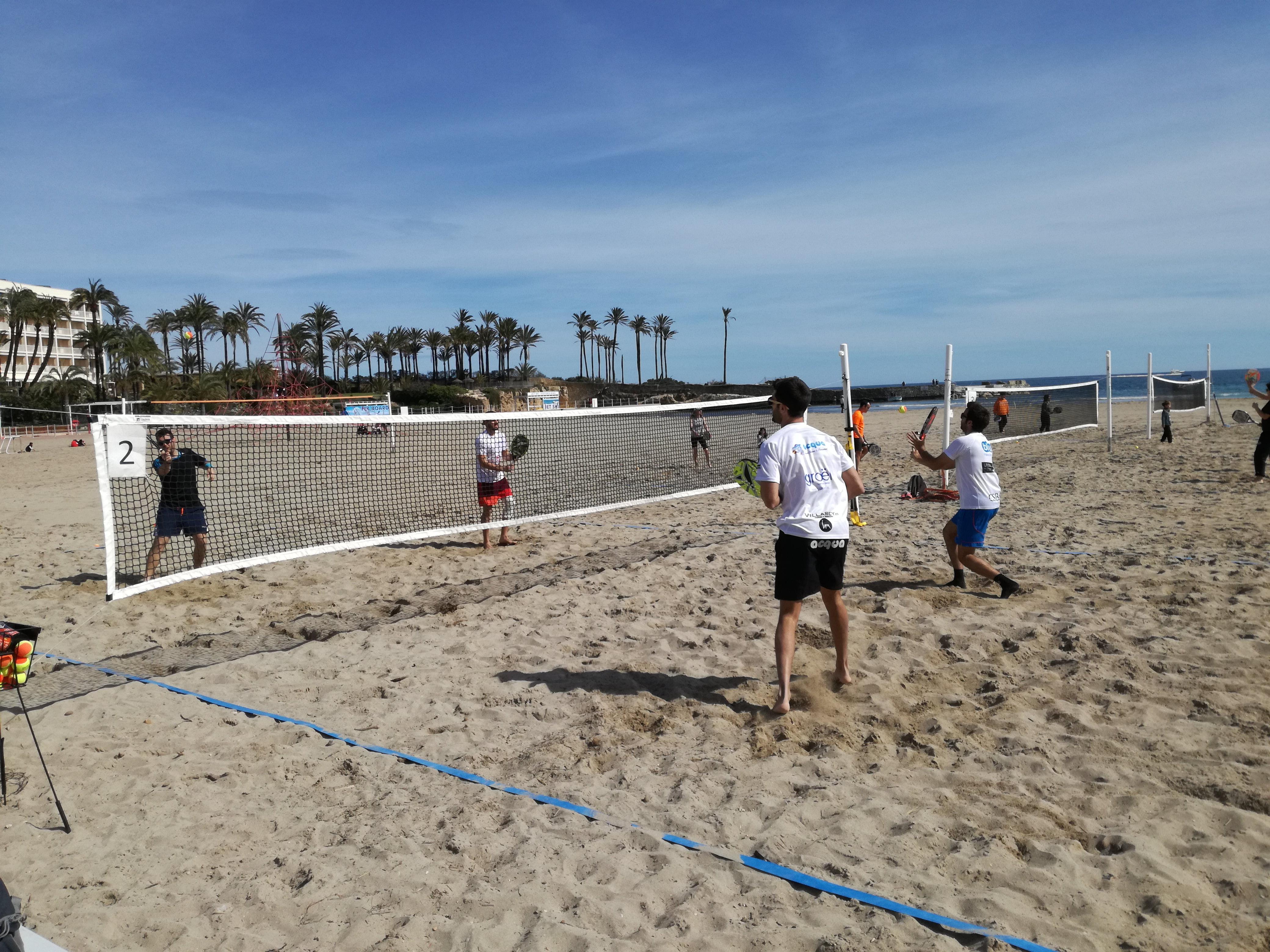 Uno de los partidos de tenis playa en Xàbia