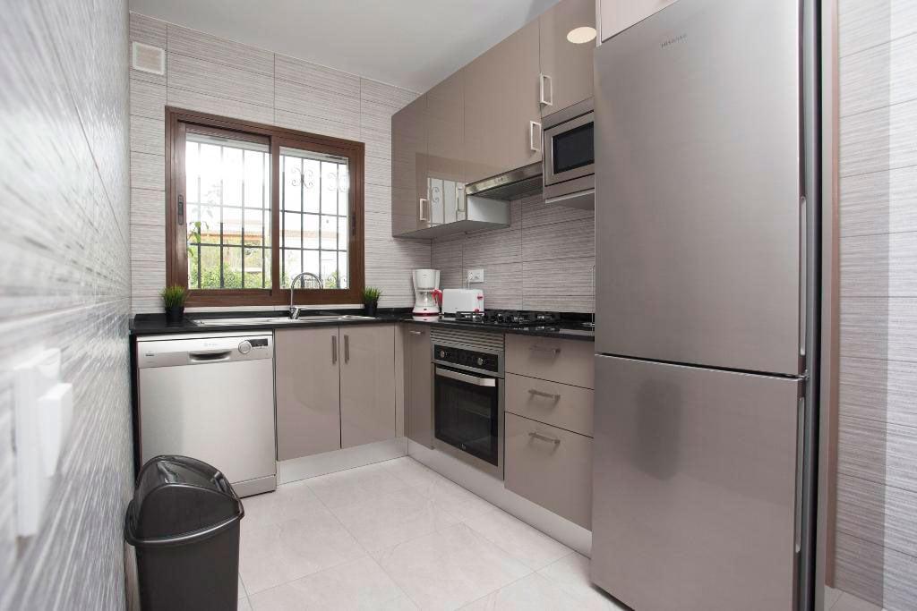 Cocina moderna y actual casa manola aguila rent a villa for Casa moderna javea