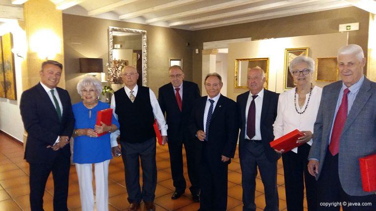 Homenajeados junto al presidente y alcalde
