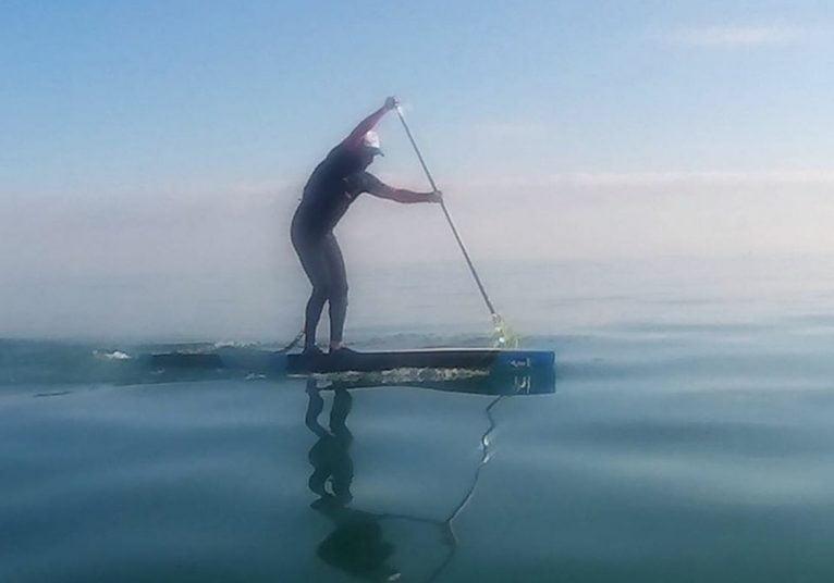 Palista sobre la tabla de surf