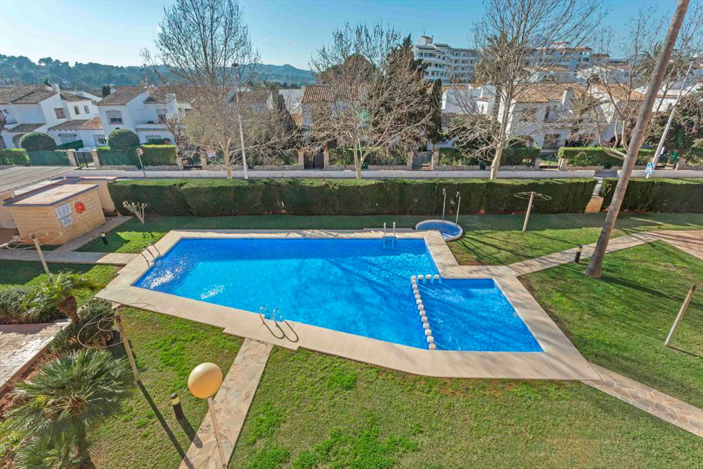 Piscina comunitaria del edificio mmc property services for Piscina mairena del alcor 2017