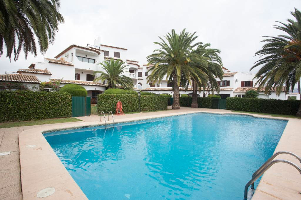 Piscina y jard n casa manola aguila rent a villa j vea for Apartamentos villa jardin cambrils
