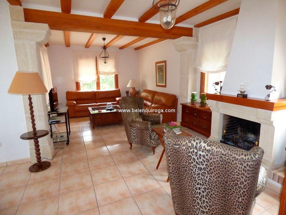 Sala de estar con chimenea inmobiliaria belen quiroga for Inmobiliaria quiroga