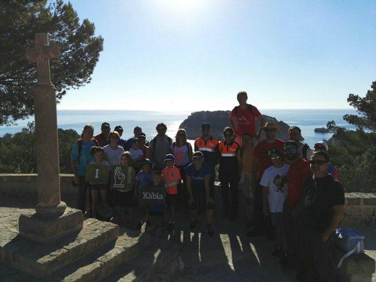 Grupo de voluntarios en la limpieza a pie del litoral xabiero