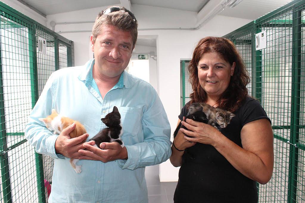 Isola y Dirk junto a los gatitos abandonados