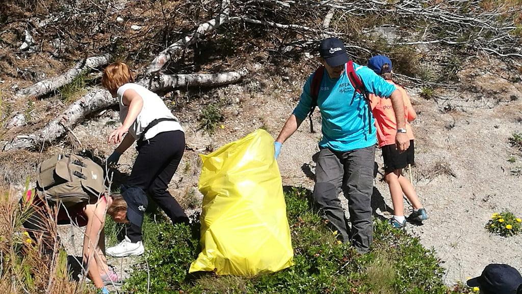 Los voluntarios recogen gran cantidad de residuos