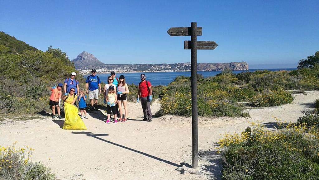 Personas de todas las edades participaron en la limpieza del litoral