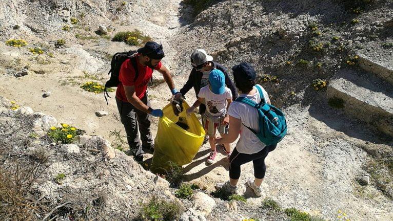 Recogiendo miles de desperdicios que ensucian los paisajes de Xàbia
