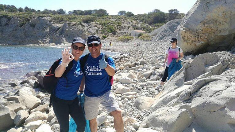 Representantes de Turisme Xàbia durante la limpieza