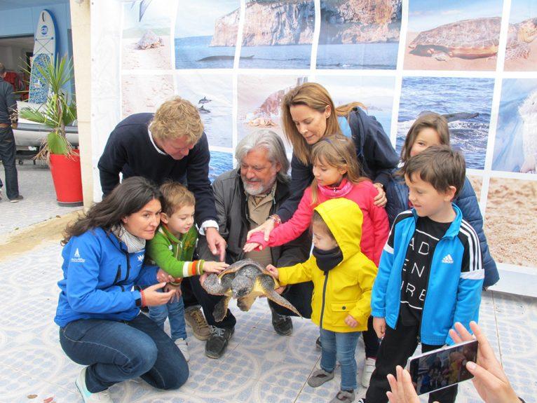 Suelta de tortuga marina en el Salón Náutico de Dénia