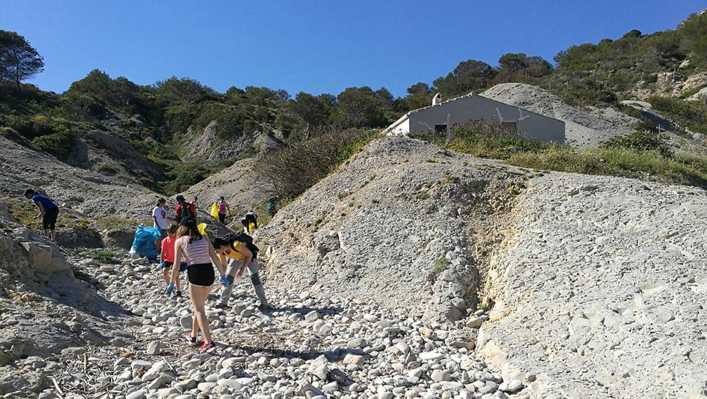 Un gran grupo de voluntarios limpió la zona del Portitxol