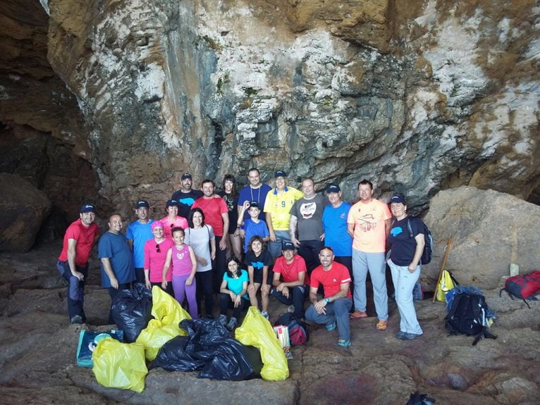 Voluntarios en la Cova Tallada