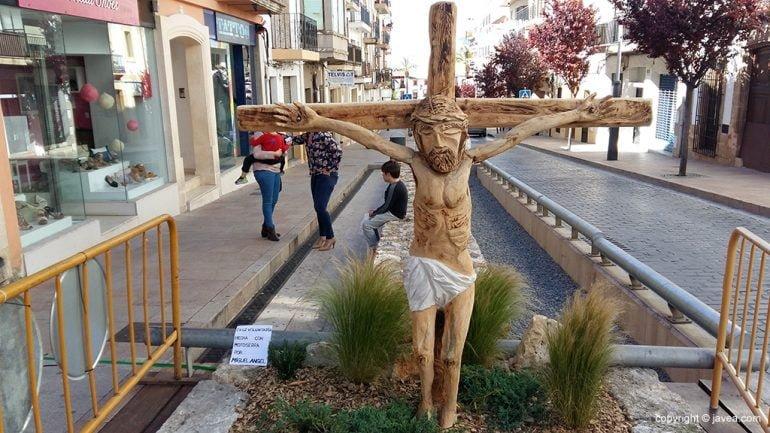 Cruz Voluntaria en las fiestas del Nazareno elaborada por Miguel Ángel Miguel García