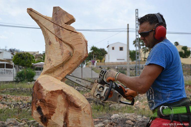Miguel realizando una figura