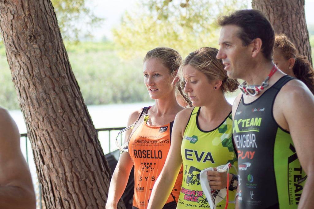 Cristina Roselló con Eva Escortell antes de entrar en el agua