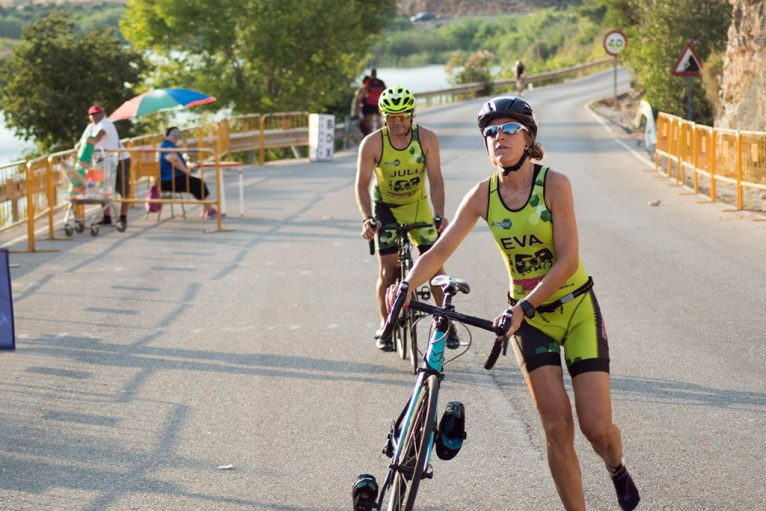 Eva Escortell junto a Juli en el sector ciclista