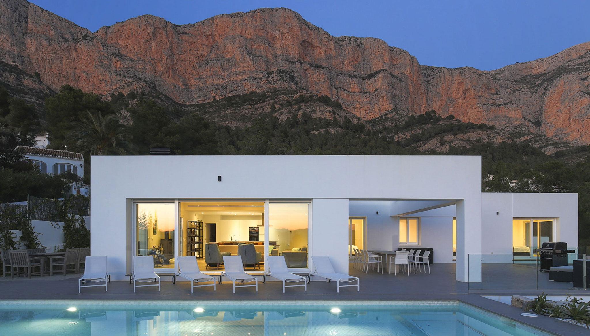 Exterieur villa met Montgó aan de achterkant - Kwaliteit Rent a Villa