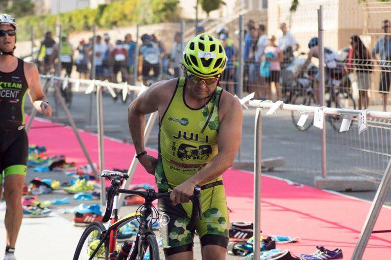 Julian Meneses cogiengo la bicicleta