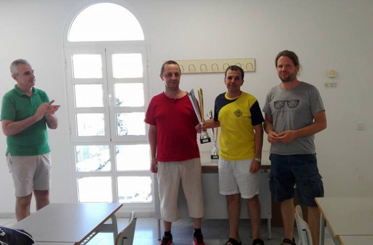 """Componentes del equipo Xabia A"""" con su trofeo"""