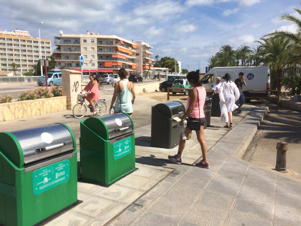 Contenedores de basura en el Arenal