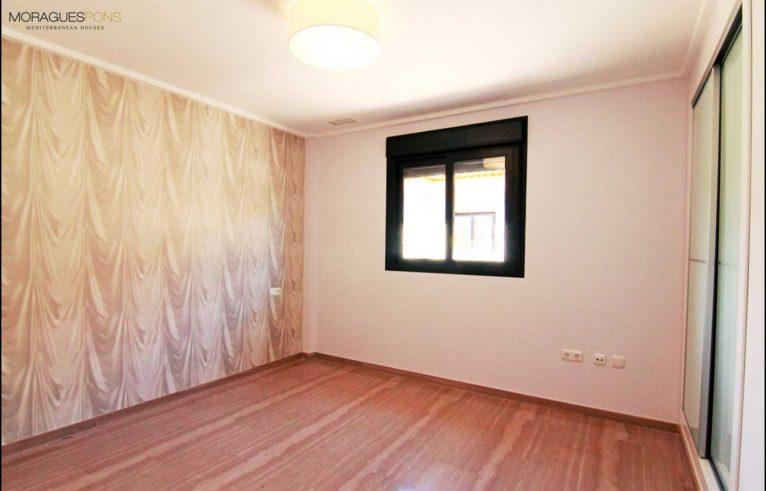 Dormitorio amplio MORAGUESPONS Mediterranean Houses