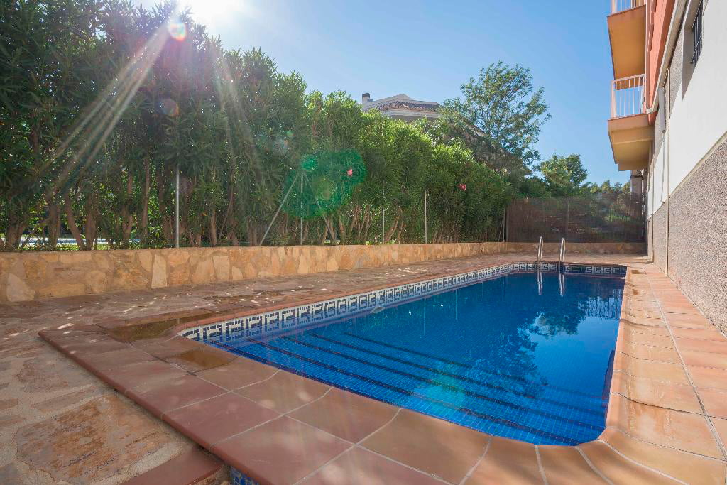 Piscina del apartamento mmc property services j for Piscina mairena del alcor 2017