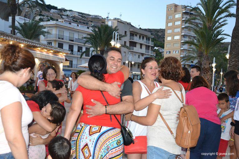 Regalan abrazos al público