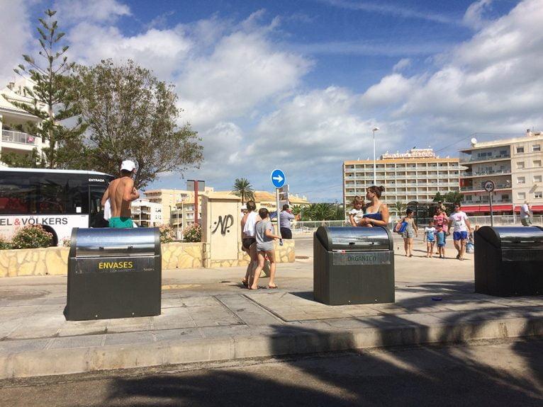 Vecinos del Arenal critican los contenedores del paseo
