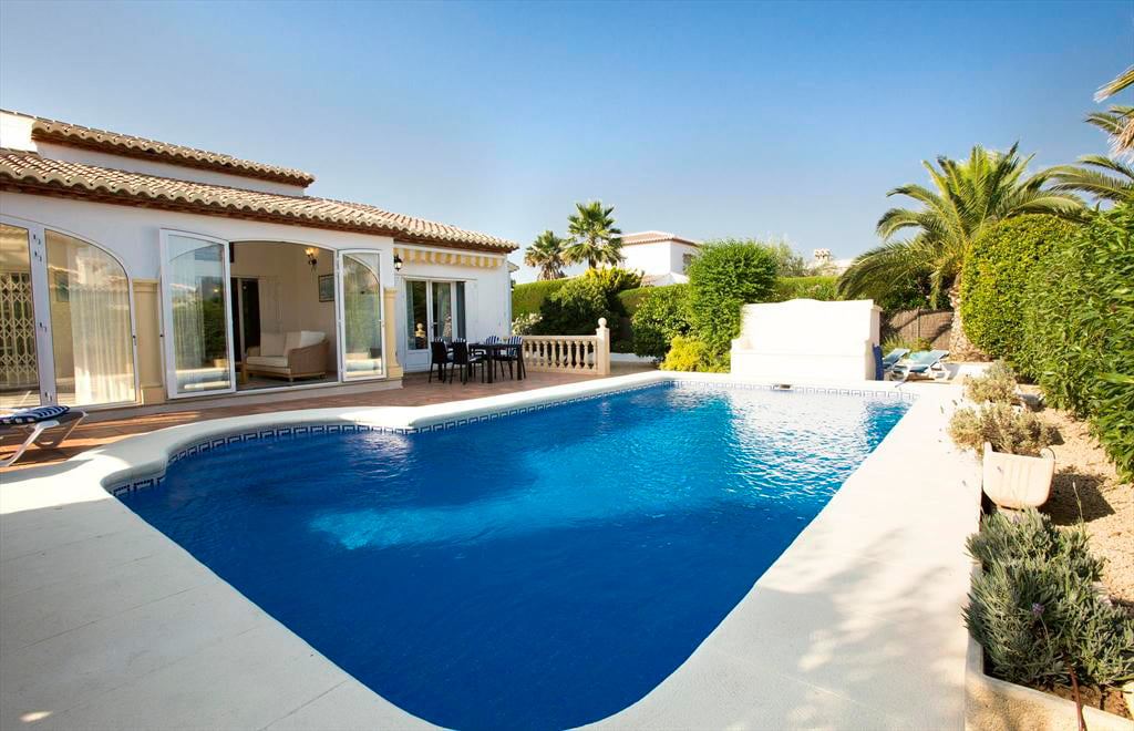 Amplia piscina privada aguila rent a villa j for Piscina privada