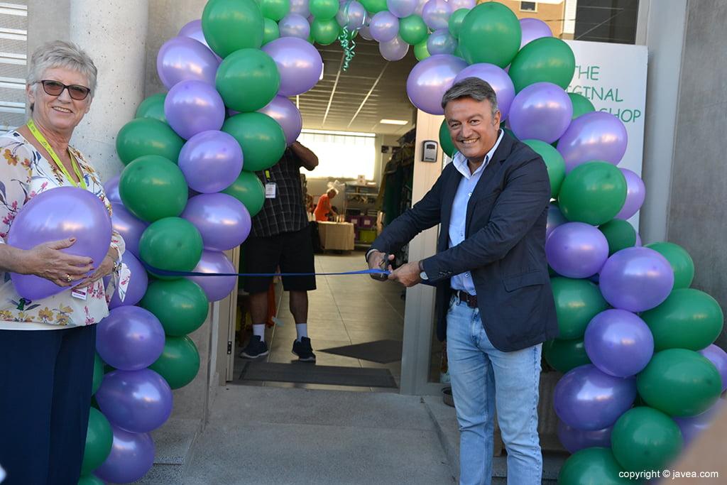 Corte de la cinta de inauguración de la tienda Charity Shop