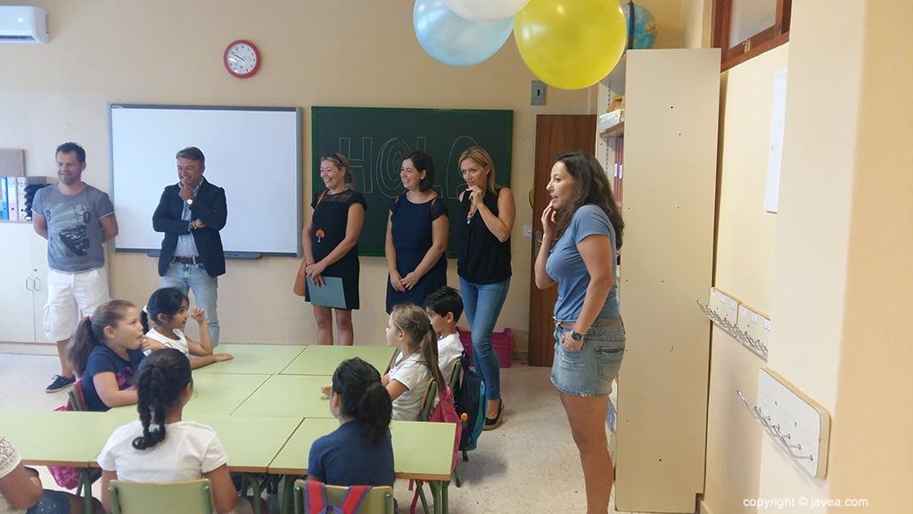 Los alumnos del Colegio Port de Xàbia reciben al alcalde y concejales