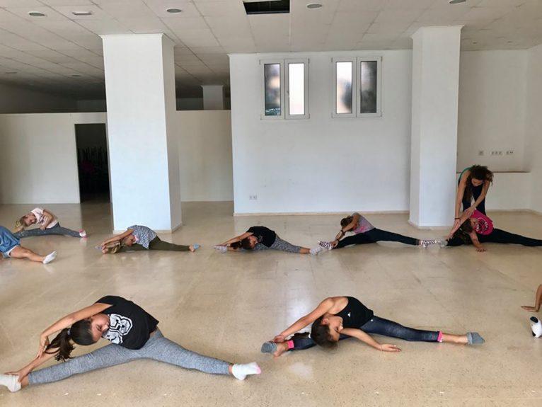 Alumnes en plena classe de gimnàstica