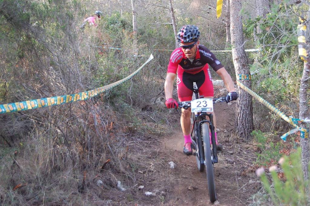 Ciclista del Xàbia Bikers en plena prueba