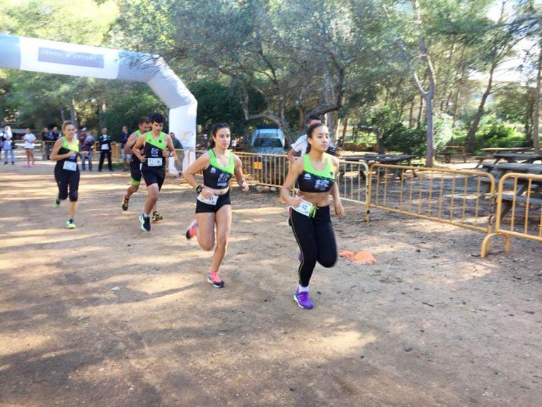 Atletas en plena carrera del cross local de Xàbia