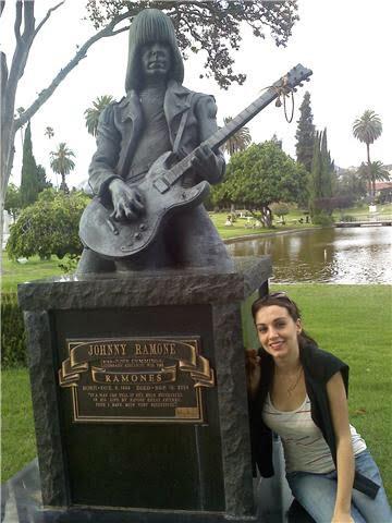 Rosa Mayans junto a la tumba de los Ramones Dee Ramone