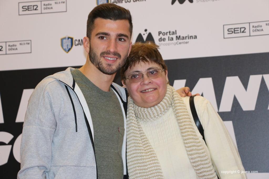 José Luis Gayà en el Centro Comercial Portal de la Marina – con una seguidora