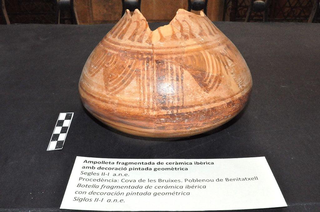 Peça de ceràmica trobada a la Cova de les Bruixes