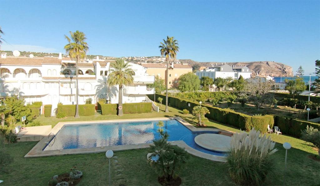 Piscina y jard n moraguespons mediterranean houses j vea - Jardin y piscina ...