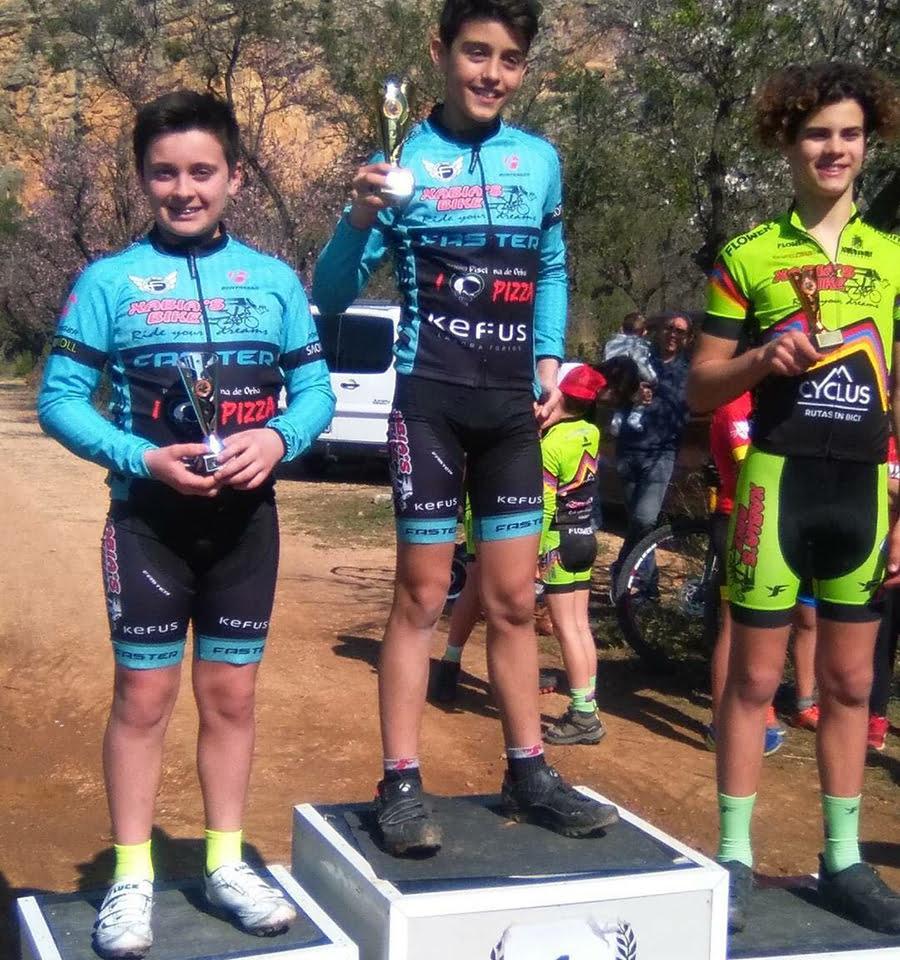 Ciclistas de la Escuela en el podio