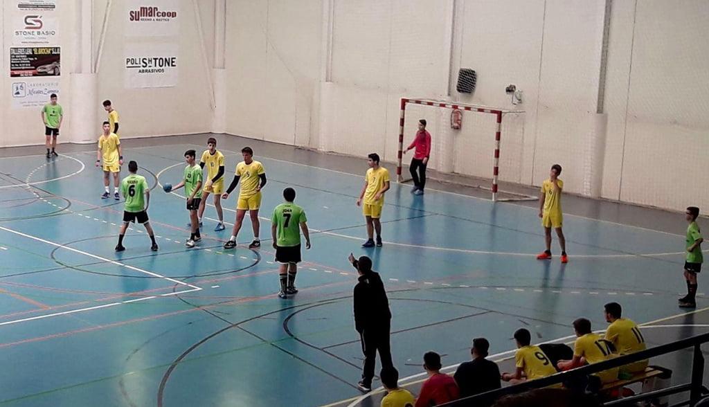 Los cadetes del CH Xàbia defendiendo un ataque rival