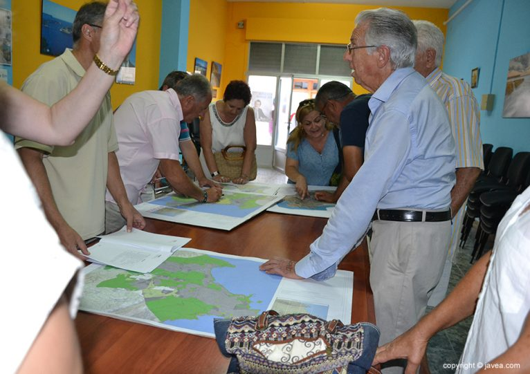 Los vecinos consultan el Plan General en la sede del PP