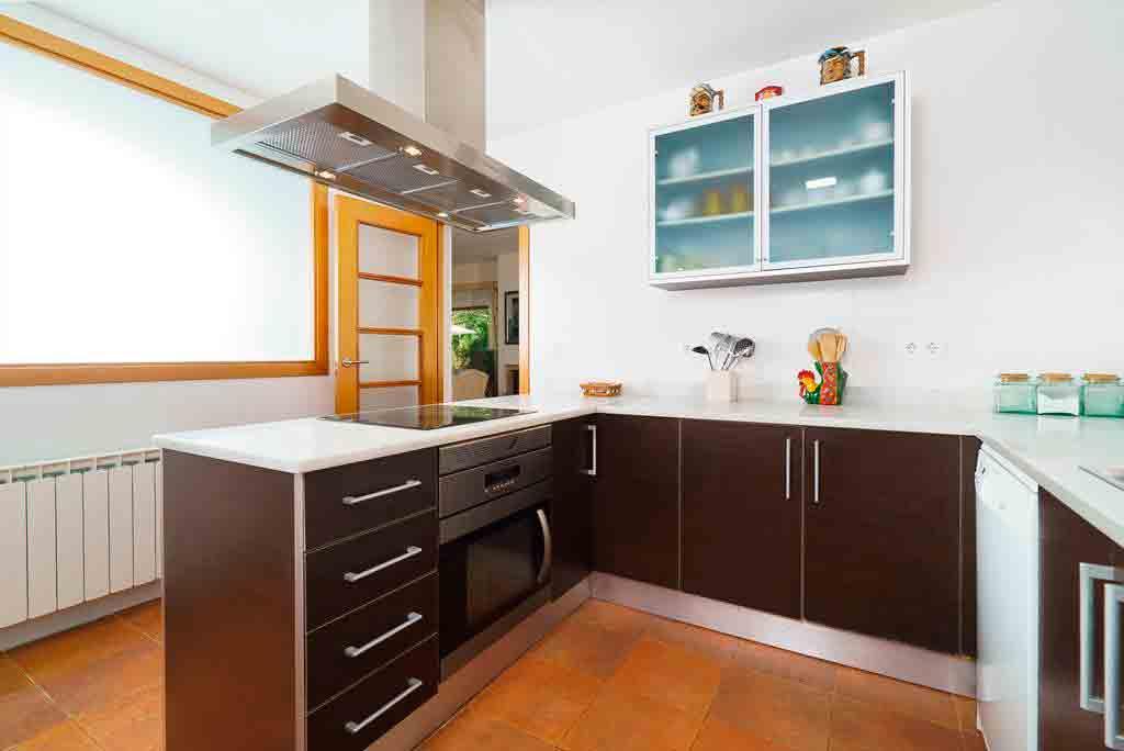 Cocina moderna y actual casa alaya aguila rent a villa for Casa moderna javea