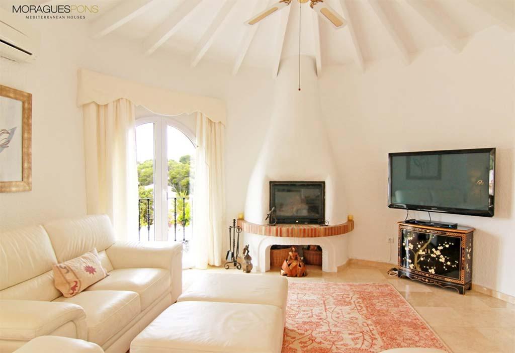 Sala-de-estar-amb-llar de MORAGUESPONS-Mediterranean-Houses