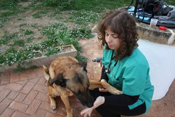Sandra con uno de sus pacientes