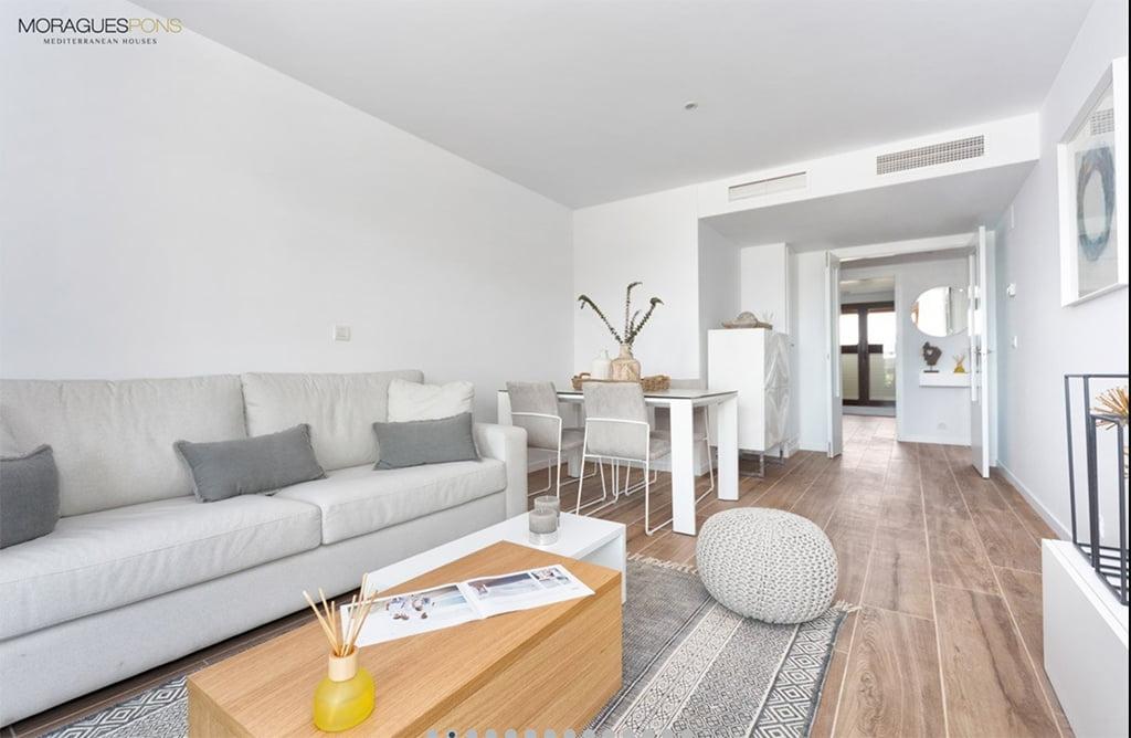 Amplia sala de estar MORAGUESPONS Mediterranean Houses